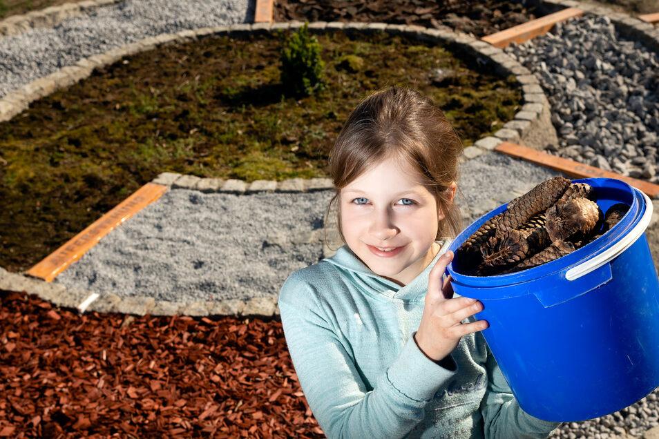 Philine Okun gehört zu den acht Demitzer Kindern, die den Barfußpfad mit angelegt haben. Am Ostersonntag wird er feierlich eingeweiht.
