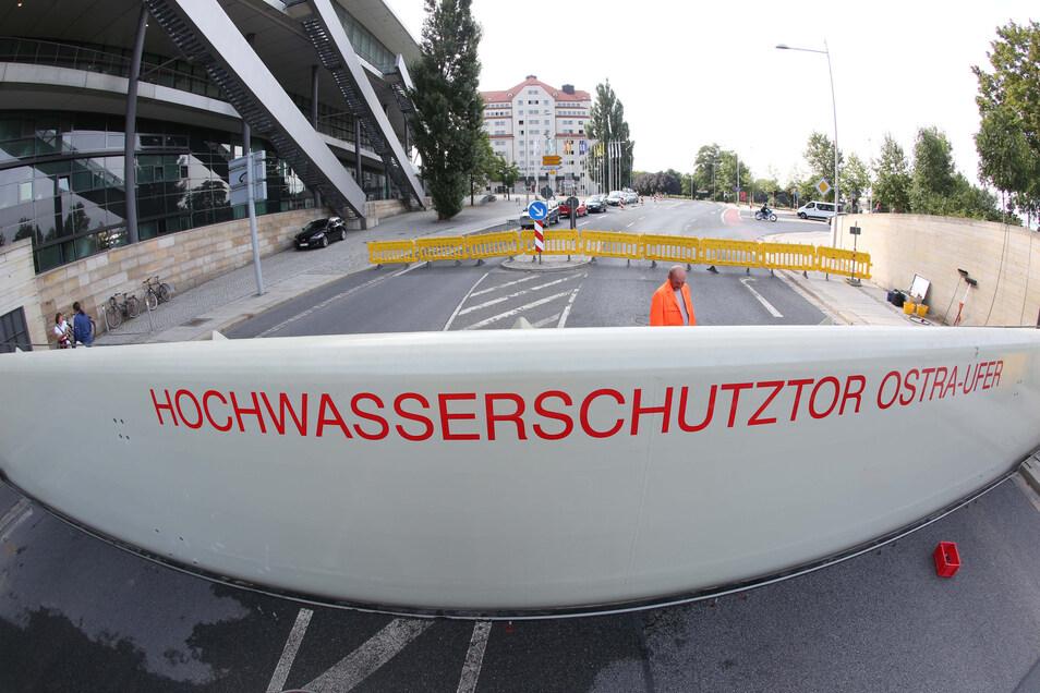 Hochwasser droht derzeit nicht. Dennoch wird der Aufbau der Schutztore am Ostra-Ufer getestet.