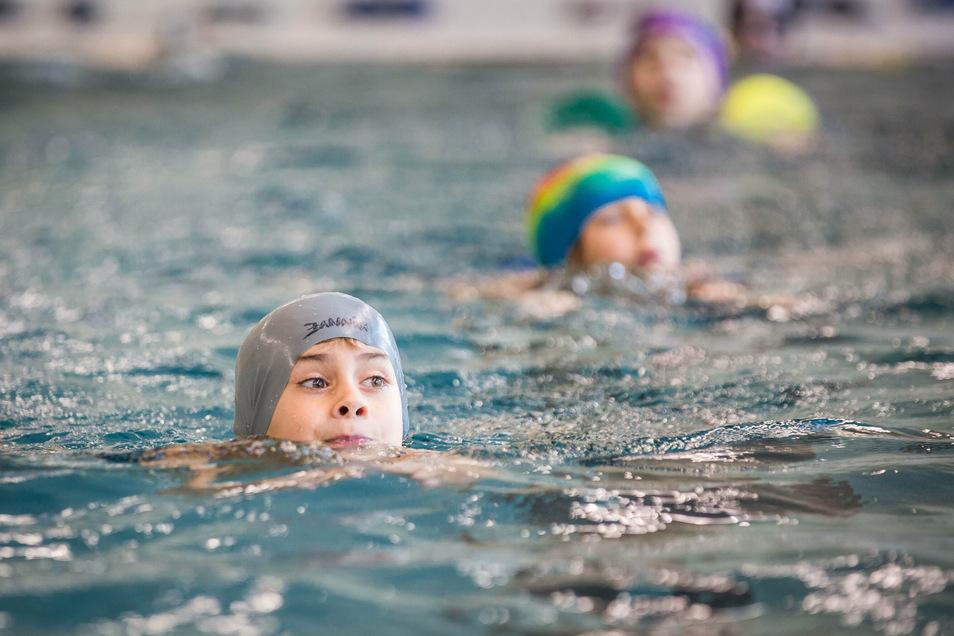 Kinder schwimmen im Schwimmsportkomplex am Freiberger Platz in Dresden.