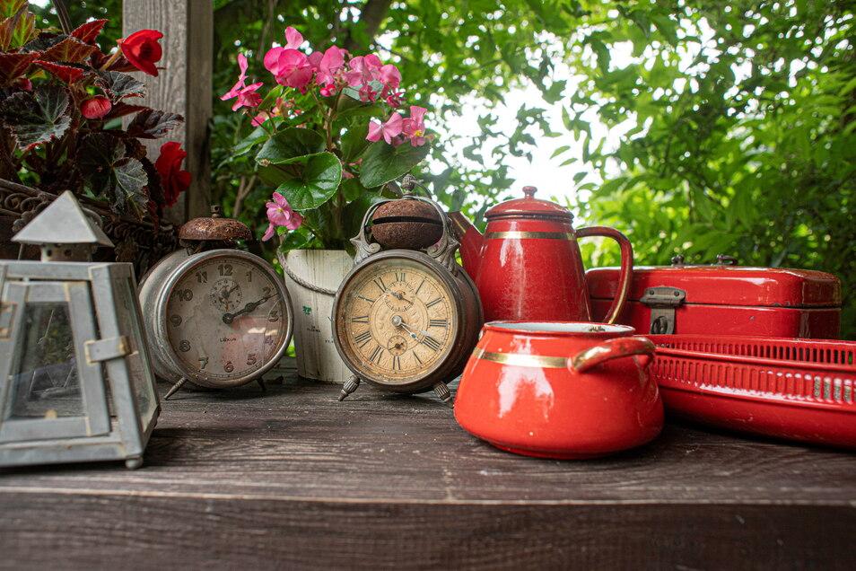 Hannelore Knöfel kann nichts wegwerfen, und so stehen auf Tischen im Garten alte Wecker, Geschirr oder sogar ein Brotkasten.