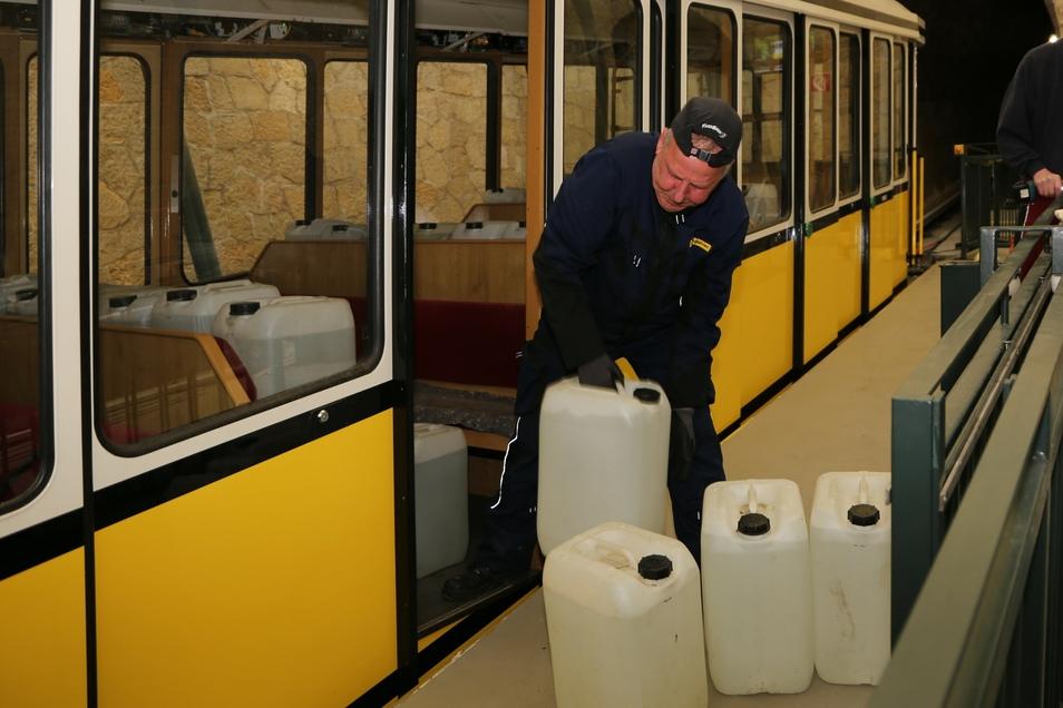 Bevor wieder Passagiere mitfahren dürfen, muss sich das technische Denkmal noch einem Härtetest unterziehen: Michael Reinhold simuliert mit Wasserkanistern einen mehr als voll besetzten Wagen.