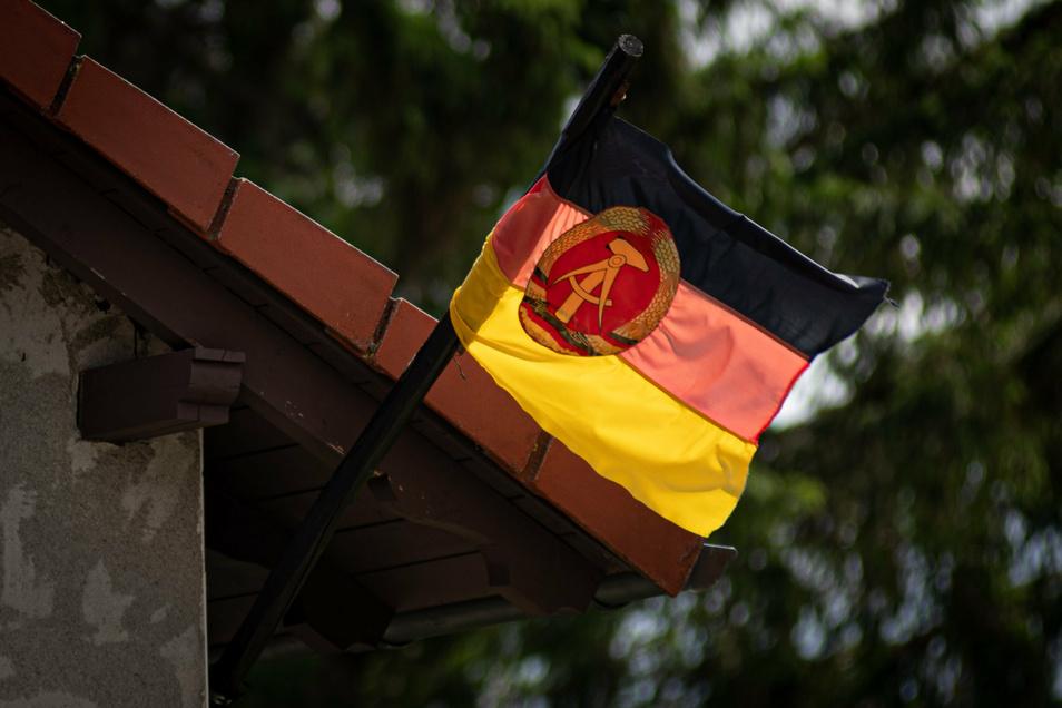 Diese DDR-Fahne weht bei einem Handwerker aus dem Landkreis Bautzen am Haus. Er steht vor Gericht, weil er eine Gerichtsvollzieherin bedroht haben soll.