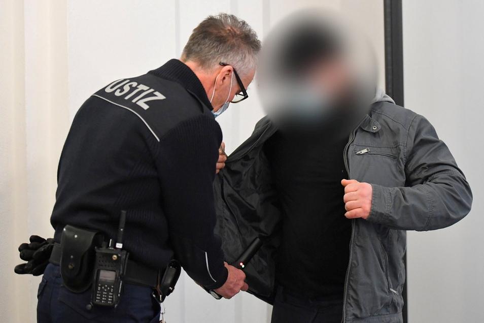 Einer der drei Angeklagten kommt am Montag zum Beginn des Prozesses ins Landgericht Dresden. Den Männern wird die Mitgliedschaft in einer kriminellen Vereinigung, Diebstahl und Körperverletzung vorgeworfen.