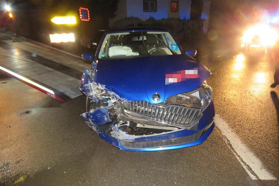 Das hat aber richtig gekracht. Der Skoda einer Mietwagenfirma wird abtransportiert, nachdem ihn der Angeklagte gegen eine Mauer gesetzt hatte.