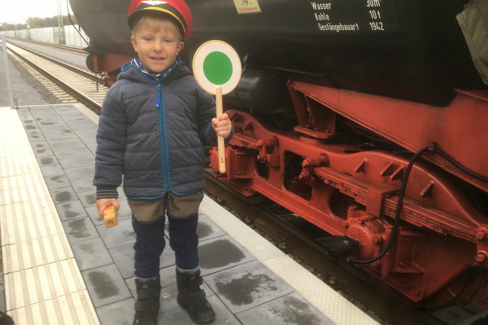 Der kleine Josh gibt dem Zug in Niesky freie Fahrt.