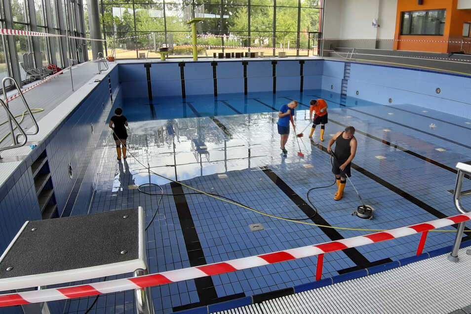 Nachdem die Becken abgelassen waren, haben Mitarbeiter des Görlitzer Neißebades Boden und Wände intensiv gereinigt.
