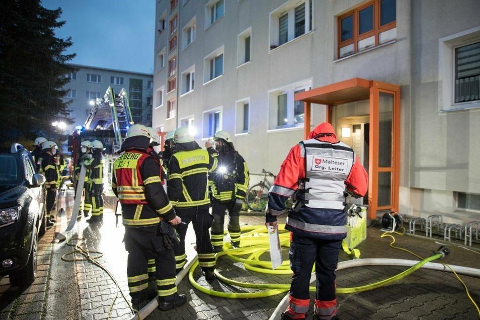 In einem Mehrfamilienhaus in Freiberg ist am Sonntagabend ein Feuer ausgebrochen.