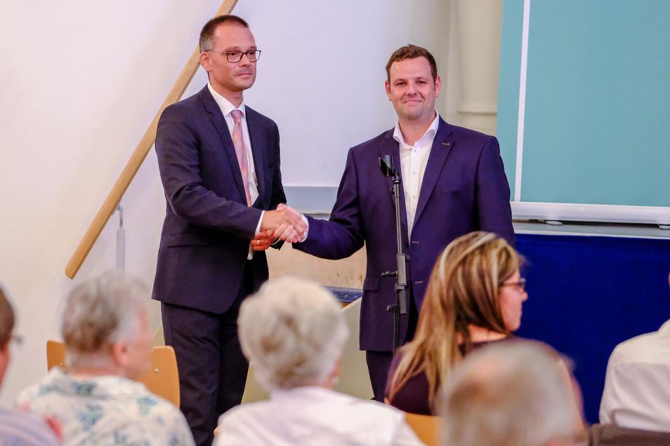 Verlierer mit einem Lächeln: Der CDU-Kreisvorsitzende Sebastian Fischer (r.) gratuliert seinem siegreichen Kontrahenten Ralf Hänsel, Bürgermeister von Zeithain.