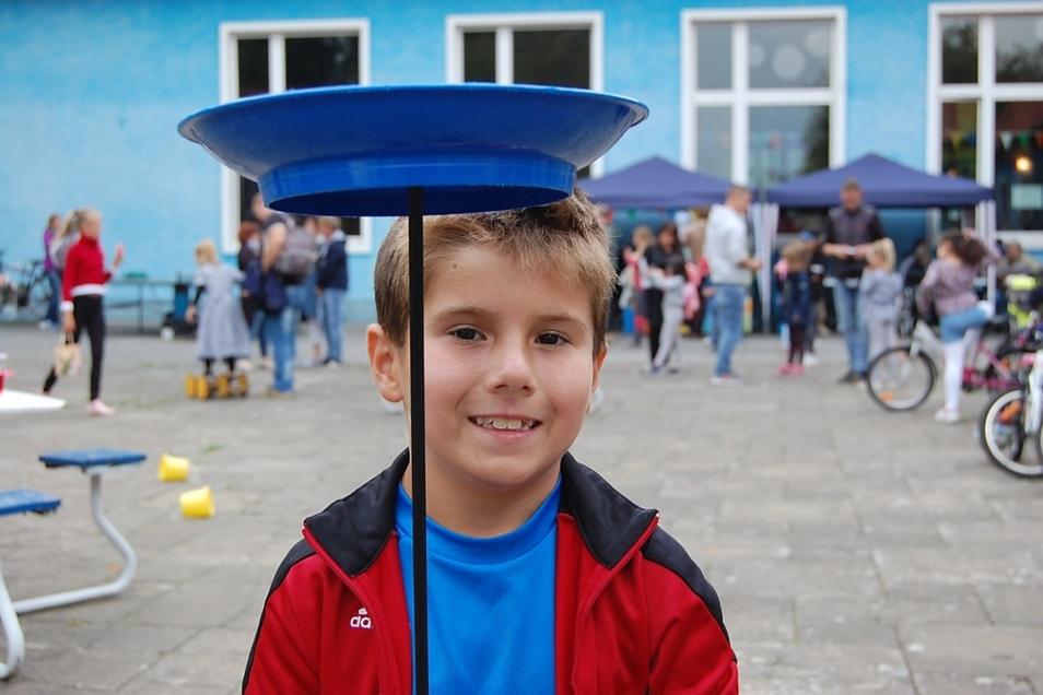 Ganz schön geschickt: Der siebenjährige René, übte sich auf der Spielfläche vor dem Haus im Balancieren.