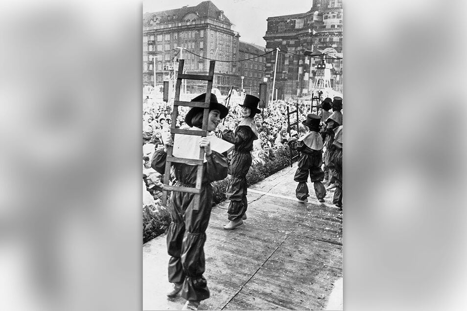 1986: Kleine Pflaumentoffel tanzen auf der Bühne des Striezelmarktes.