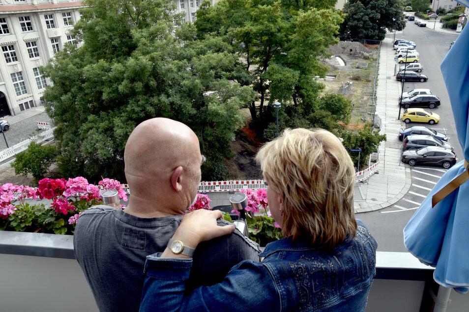 Anwohner Bernd Vater und seine Frau blicken mit Sorge auf den Park am Sternplatz. Sie befürchten Lärm und Müll durch den geplanten Grillplatz.