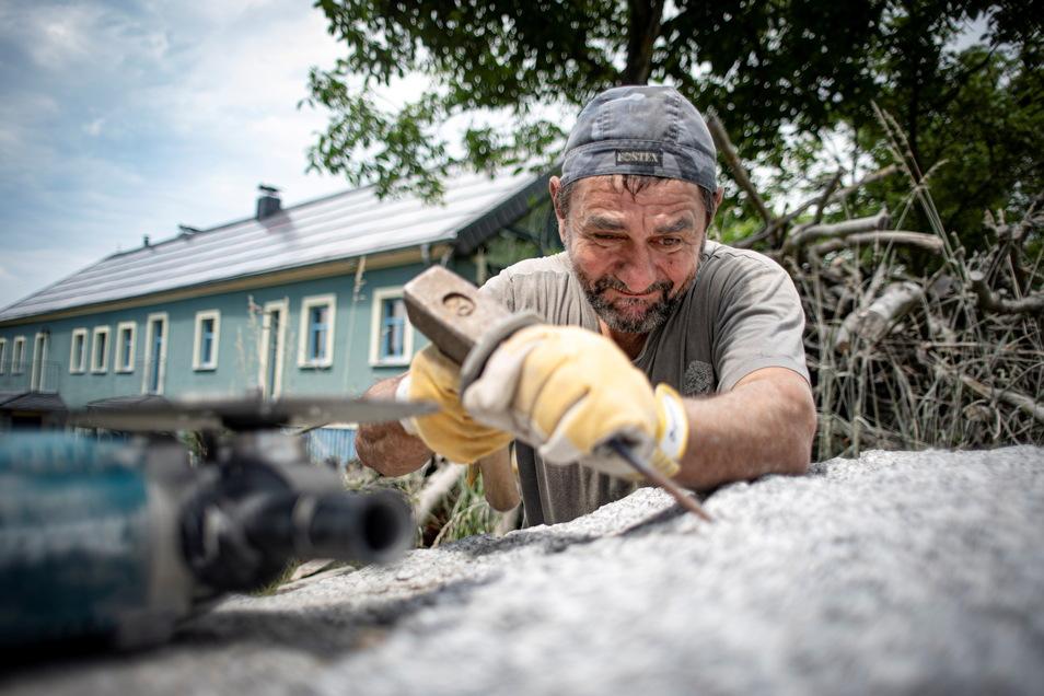 Der bulgarische Künstler Rumen Dimitrov zeigt im Kamenzer Ortsteil Schwosdorf, wie aus Lausitzer Granit ein Kunstwerk entsteht.