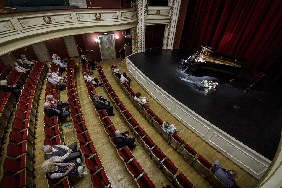 Bachpreisträgerin Ragna Schirmer trat am Wochenende fünfmal im Görlitzer Theater auf – vor jeweils 30 Besuchern. Paare und Familien durften zusammen sitzen, ansonsten blieben wegen der Corona-Regeln immer drei freie Plätze zwischen den Gästen.