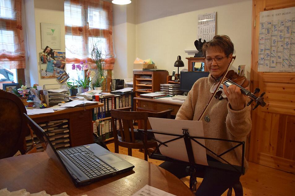 Im Bild zu sehen ist Christiane Vogel bei einer Online-Orchesterprobe.