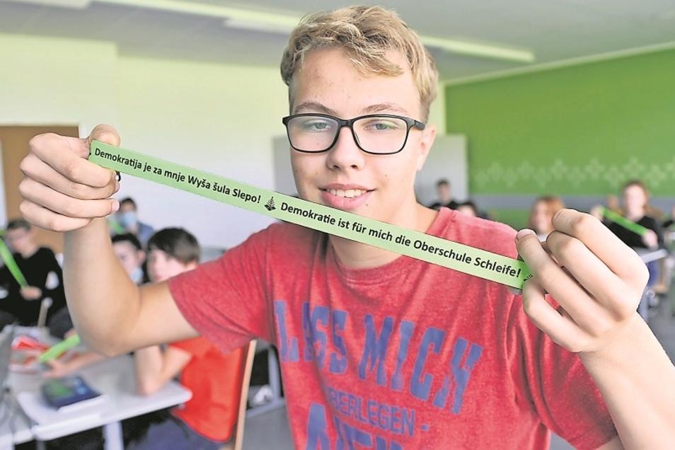 Paul Pagenkopf und seine 24 Mitschüler aus der 9a der Oberschule Schleife gestalteten zum Internationalen Tag der Demokratie eine Wandzeitung. Der schul-übergreifende Wettbewerb brachte ihnen sogar eine kleine Prämie ein. Für alle gab es ein Schlüsse