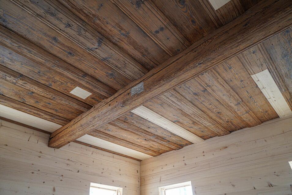 Die historische Holzbalkendecke der Blockstube konnte zu großen Teilen erhalten und restauriert werden. In einem Riss im Querbalken fanden die Prausers bei den Arbeiten fünf Backenzähne.