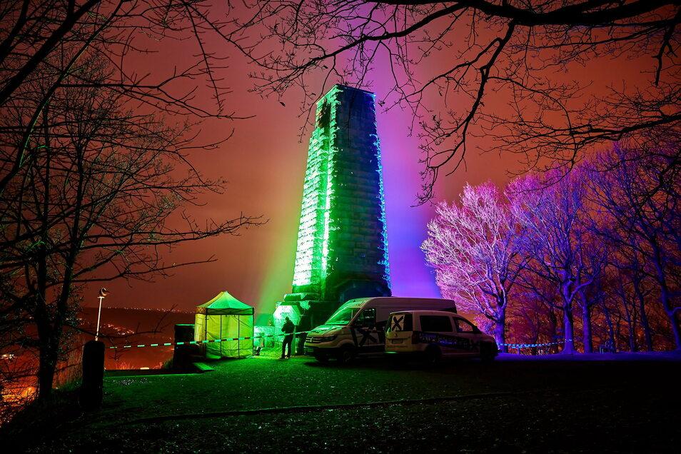 Zum Start ins Freitaler Jubiläumsjahr wurde das Wahrzeichen der Stadt – das König-Albert-Denkmal auf dem Windberg – farbig angestrahlt.