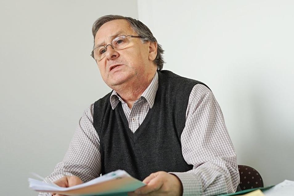 """Dr. Dietmar Liebscher, Geschäftsführer des Regionalbauernverbandes Bautzen-Kamenz, blättert in Ernteberichten von Landwirtschaftbetrieben: """"Ich habe schon viel erlebt. Aber so eine Dürre noch nicht."""""""