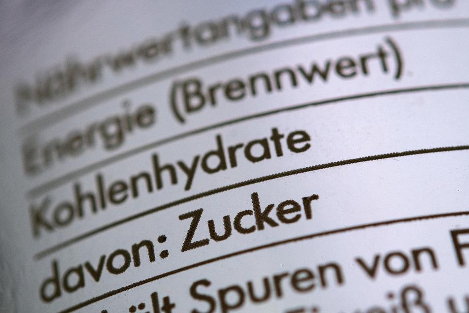 In vielen Kinderlebensmitteln steckt eine Menge Zucker. Daher gilt, sich nicht von der Werbung verführen lassen, stattdessen einen genauen Blick auf die Nährwerttabelle werfen.