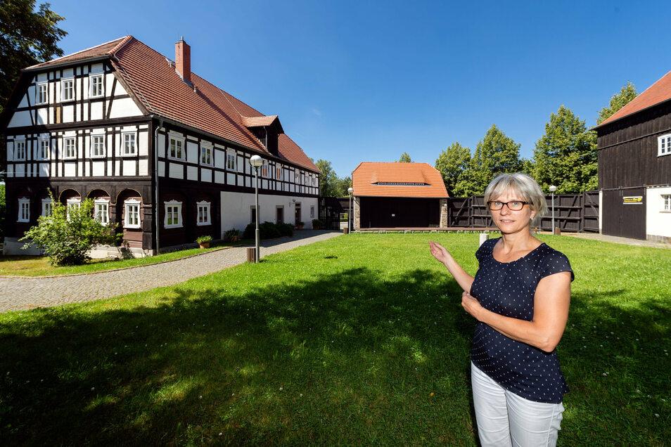 Einladend sieht er aus der Dreiseitenhof an der Blauen Kugel in Cunewalde, vor dem Simone Bergmann vom Haus des Gastes steht. Dennoch ist einiges an den Gebäuden zu erneuern.