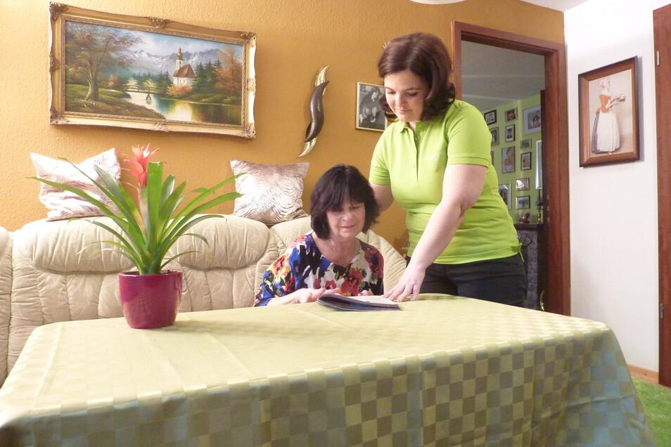 Gemeinsam macht vieles mehr Spaß als allein. Deshalb besucht Alltagsbegleiterin Mandy Kaden (rechts) einmal pro Woche Bärbel Hempel.