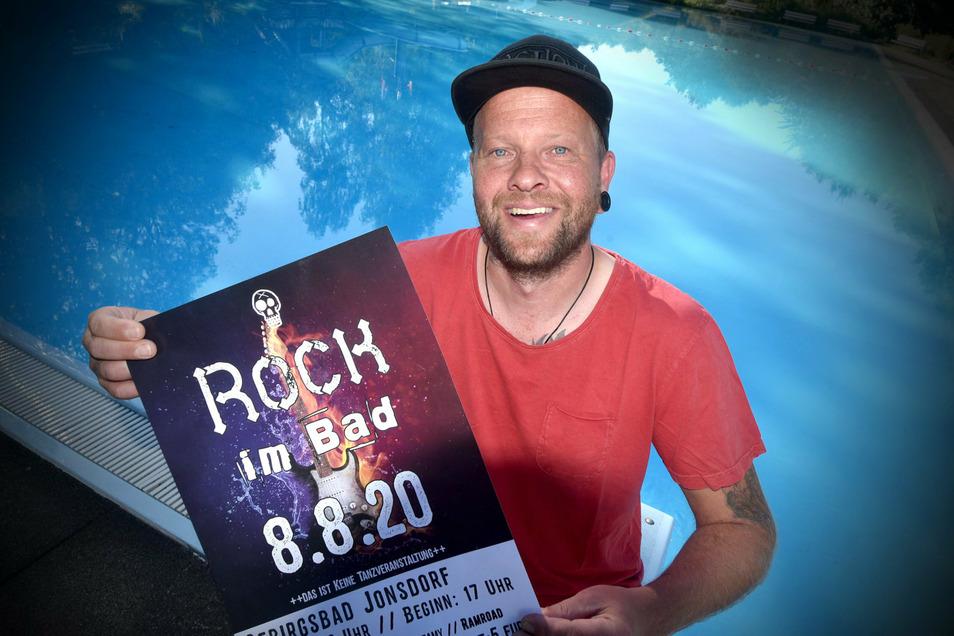 """Zum """"Rock im Bad"""" lud in Jonsdorf Schwimmmeister Ronny Richter. Am Sonnabend spielten vier Bands aus unserer Region im Gebirgsbad. Spektakulär die ins Schwimmbecken gebaute Bühne für die Musiker. So konnten sich die Gäste auch schwimmend den Bands nähern."""