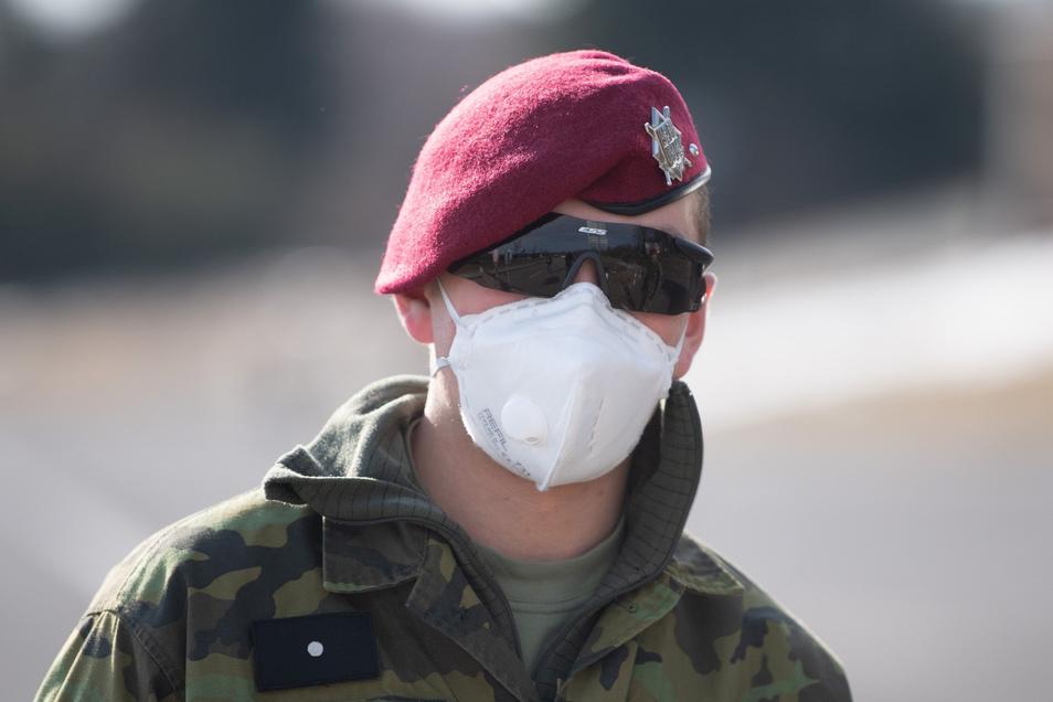 Ein tschechischer Soldat mit Mundschutz verhindert auch für Berufspendler den Grenzübertritt.