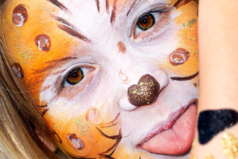 Verwandelt in eine Katze:Kaum wiederzuerkennen war Angelina Theile mit ihrem bunten Gesicht. Die Neunjährige hatte sich am Kinderschminkstand vor dem Rossmann-Einkaufsmarkt das Gesicht schmücken lassen. Die Mitarbeiterinnen hatten alle Hände voll zu tun. Teilweise bildeten sich lange Schlangen.