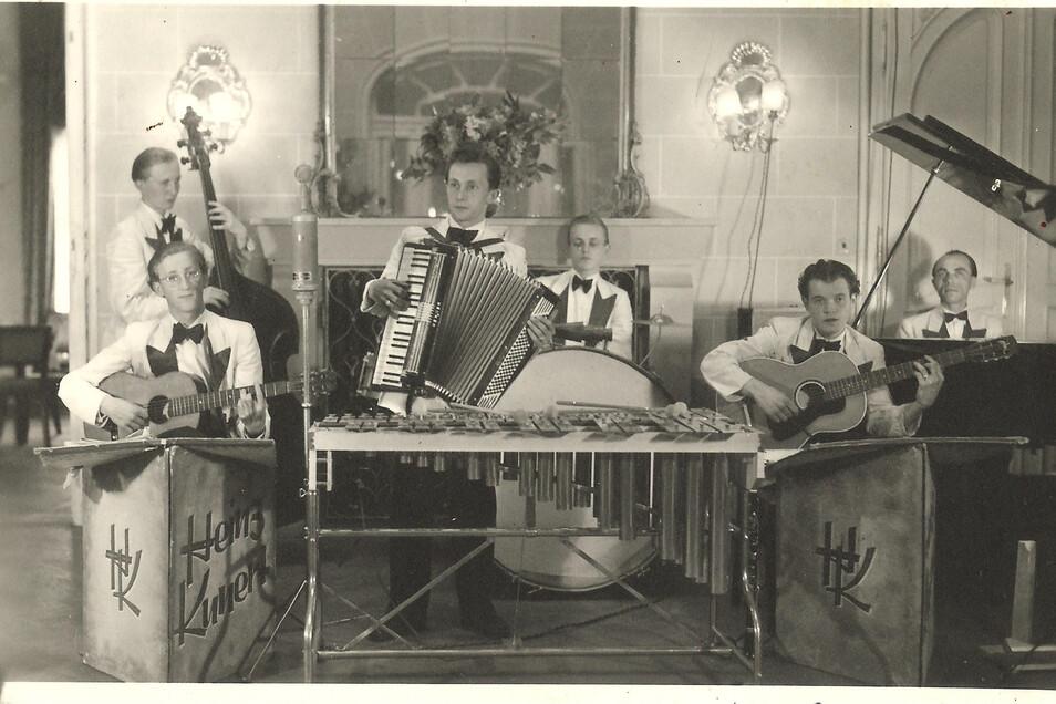 Die Mutter eines Bandkollegen hatte den Musikern für ihre Auftritte weiße Anzüge aus Bettlaken genäht. Damit traten sie auch in der Nachttanzbar Kaskade in der Villa am Käthe-Kollwitz-Ufer 88 auf.