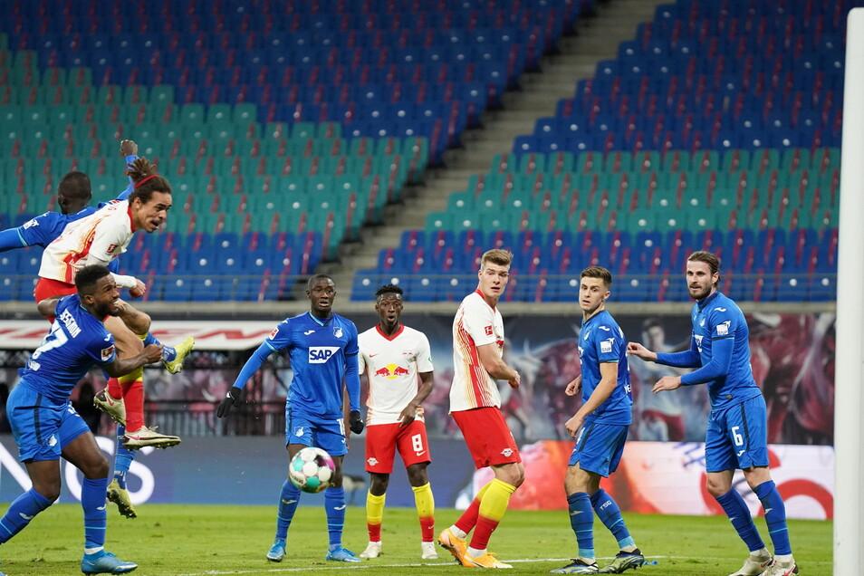 Die vermeintliche Erlösung: Yussuf Poulsen köpft auf das Tor. Doch der Treffer wurde wegen Handspiels annulliert.