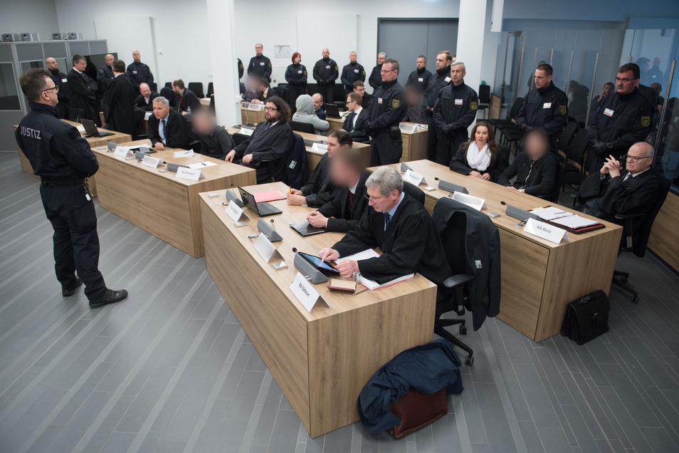 """Die Mitglieder der rechtsextremen """"Gruppe Freital"""" mit ihren Anwälten zu Prozessbeginn im März 2018."""