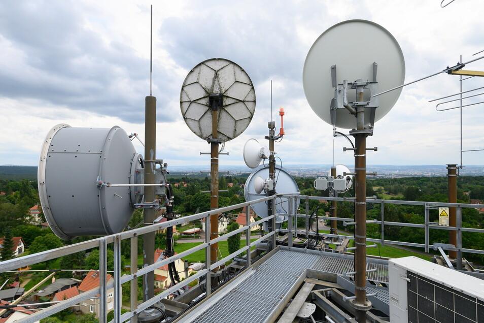 Richtfunkantennen und Fernsehantennen auf dem alten Wasserturm in Dresden.