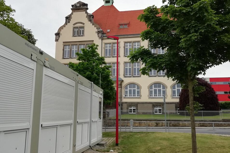 Ein Schulcontainer-Gebäude steht bereits am Großröhrsdorfer Gymnasium. Ein weiteres kommt jetzt wegen der hohen Schülerzahlen dazu.