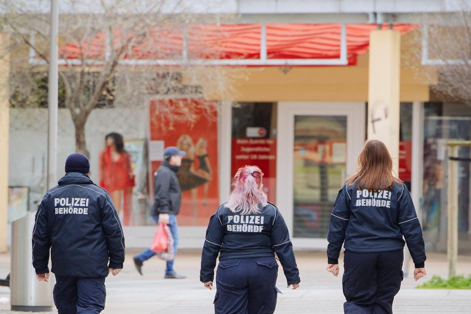 Die Mitarbeiter des Dresdner Ordnungsamtes verteilen ab sofort wieder Knöllchen an Falschparker, Parkticket-Muffel und Raser.