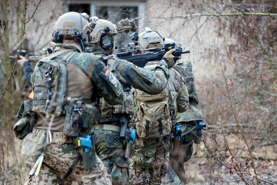 Soldaten der Eliteeinheit Kommando Spezialkräfte (KSK) trainieren den Häuserkampf und eine Geiselbefreiung.