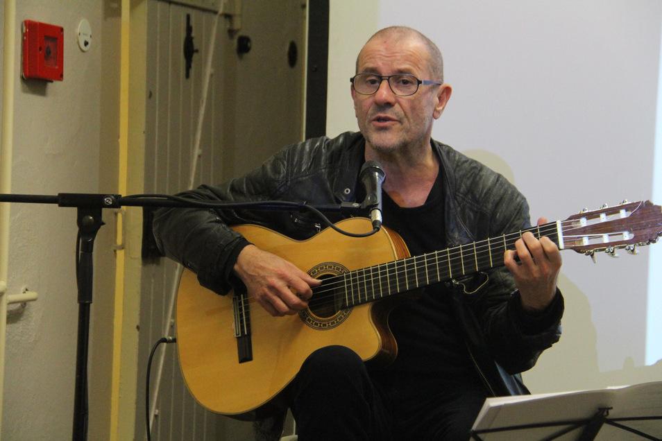 Der Liedermacher Stephan Krawczyk vertonte zwölf Gedichte des früheren Bautzen-II-Häftlings Gerhard Bause, die er am Mittwoch in der Gedenkstätte vortrug.