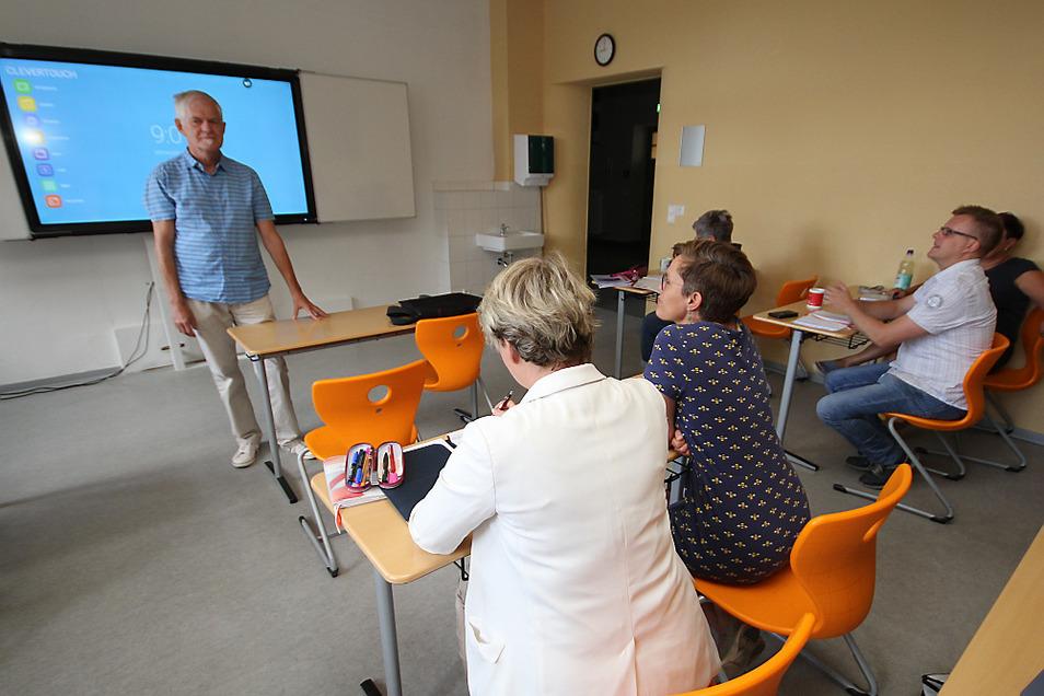 Bernd Anders schulte die Bernsdorfer Lehrer an der interaktiven Tafel.