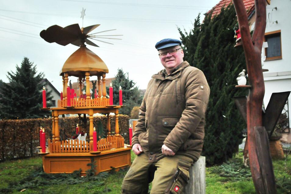 """Mit der Pyramide fing 2006 alles an. Seitdem hat Rainer Wälder sein """"Straucher Weihnachtsland"""" stetig erweitert und verfeinert. Traditionell wurde das mit Bratwurst und Glühwein am 1. Advent mit den Dorfbewohnern gefeiert."""