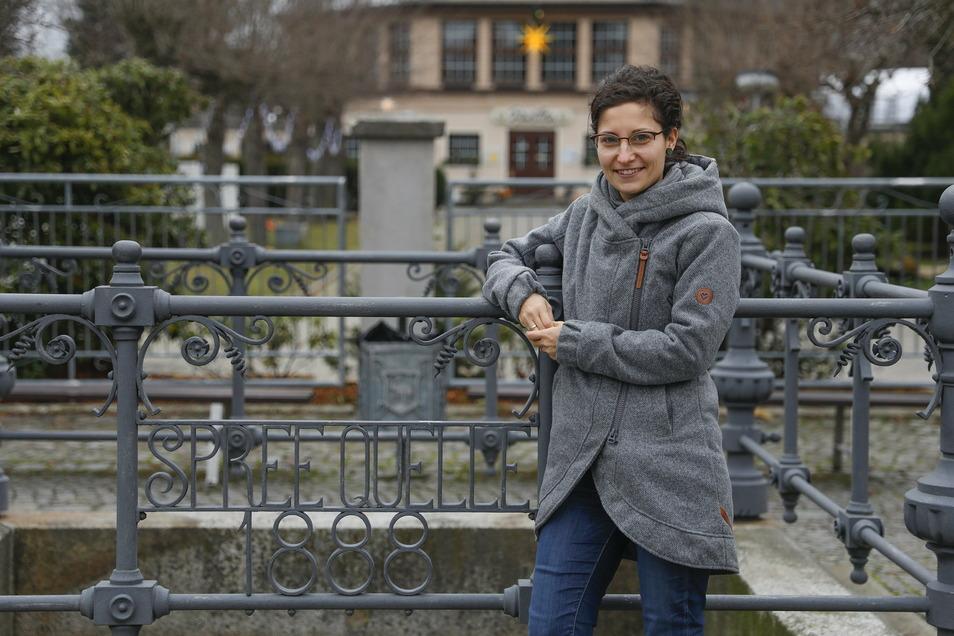 Jana Lambrich an der Spreequelle am Volksbad in Neugersdorf. Hier soll ein erstes Projekt starten - mit neuer Bepflanzung.