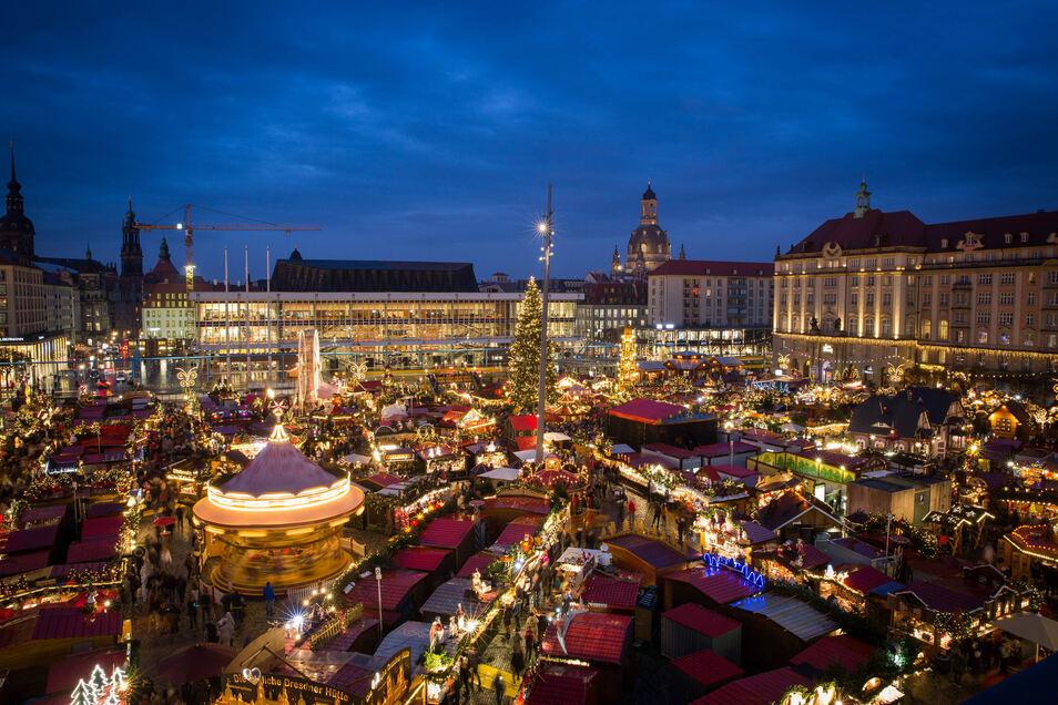 Der 585. Dresdner Striezelmarkt wurde am Mittwochabend auf dem Altmarkt Dresden eröffnet.