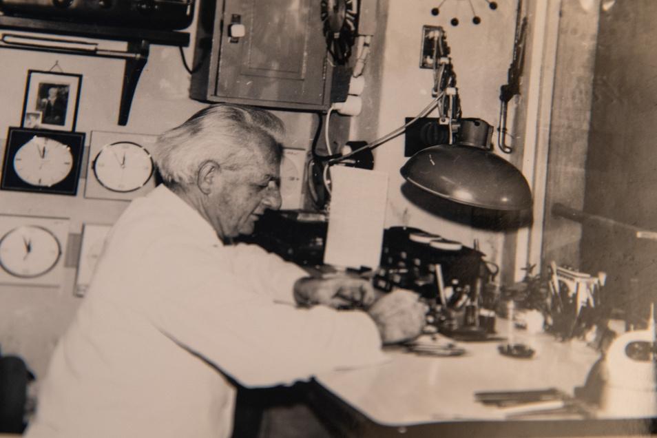 Manchmal bis in die Nacht am Arbeitsplatz: Uhrmachermeister Marcel Weise 1973 in seinem Laden auf der Pirnaer Schuhgasse.
