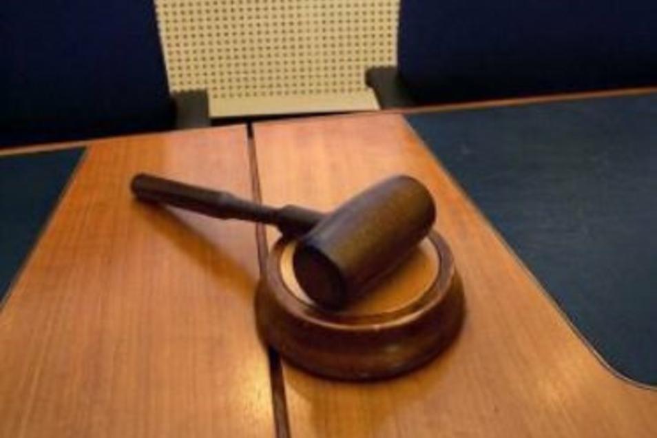 Zwei Männer haben einen Glücksspielgewinner in Bischofswerda beraubt. Einer der Angeklagten muss nun ins Gefängnis.