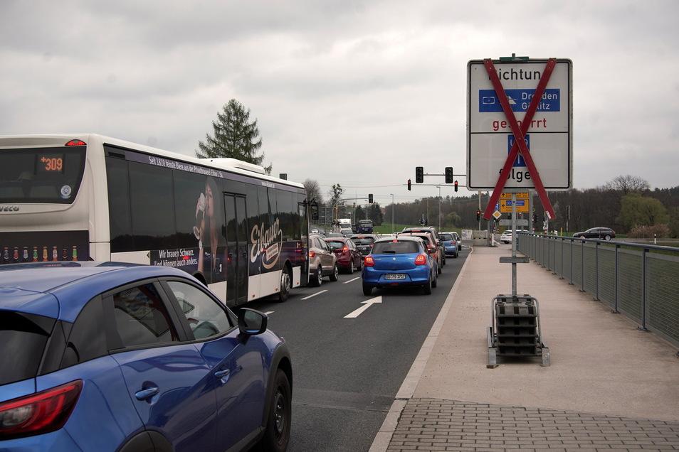 Die Sperrschilder stehen schon. Ab Dienstag, den 4. Mai, müssen Autofahrer zwischen Radeberg und Leppersdorf Umleitungen in Kauf nehmen. Die direkte Verbindung von Radeberg zur Autobahn wird gesperrt.