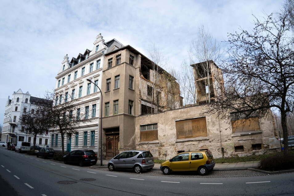 Von der Rauschwalder Straße 53 (rechts im Bild) sind nur noch Keller- und Erdgeschoss sowie das Treppenhaus übrig.