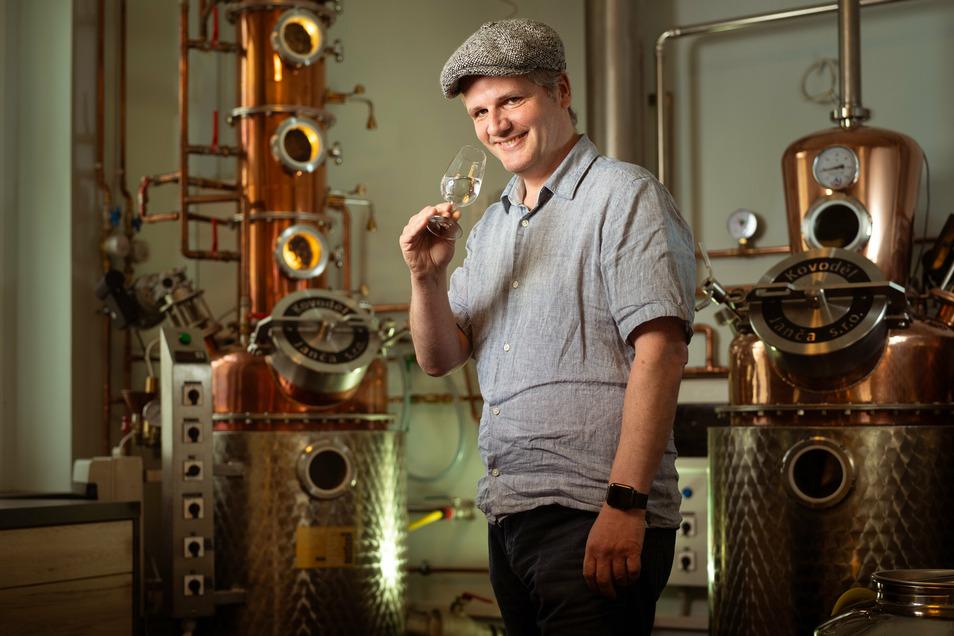 Die Essenzen für seine Gins setzt Henrik Helbig in seiner Radebeuler Destille getrennt an: Koriander, Kubebenpfeffer, Sternanis. Man riecht es.