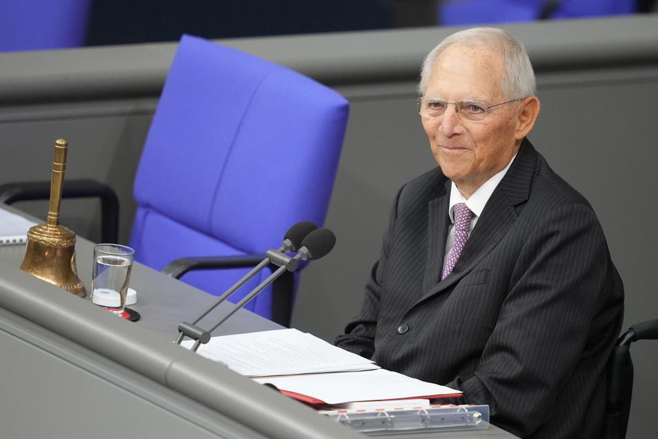 Alterspräsident Wolfgang Schäuble (CDU) spricht bei der konstituierenden Sitzung des neuen Bundestags.