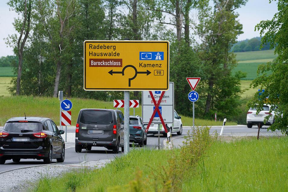 Hier geht's in den neuen Rammenauer Kreisverkehr: Jetzt erfolgen die letzten Arbeiten, bald kann der Verkehr ohne Einschränkungen rollen.