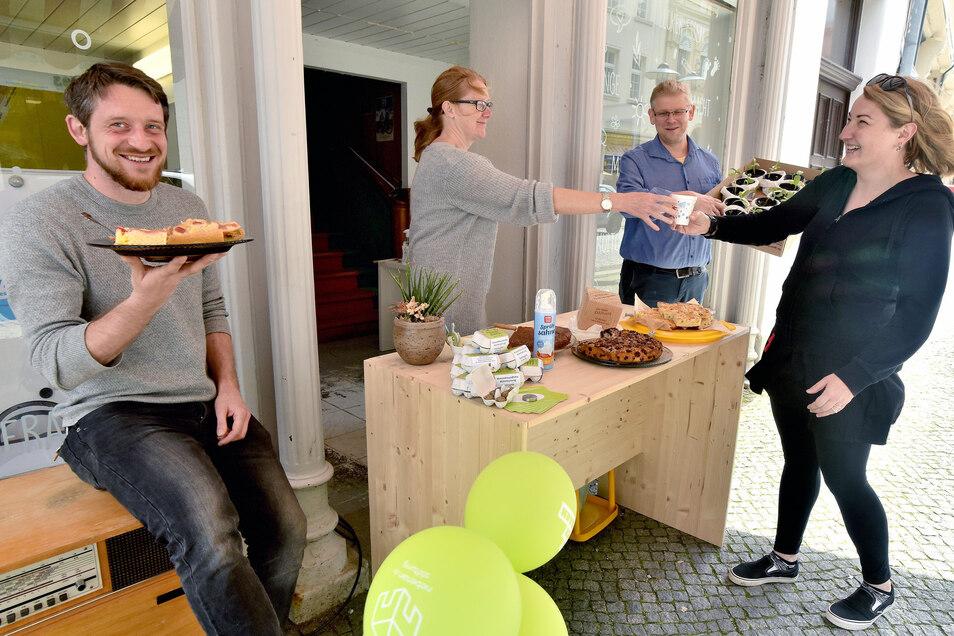 """Im Mai begingen die Mitglieder um René Seidel, Bettina Hennig und Sylvio Pfeiffer-Prauß (v.l.) vom Verein """"Löbau lebt"""" den Tag der Nachbarschaft. Sie luden die Passanten zu Kaffee und Kuchen ein. Außerdem gab's gegen eine Spende Sonnenblumenpflanzen."""