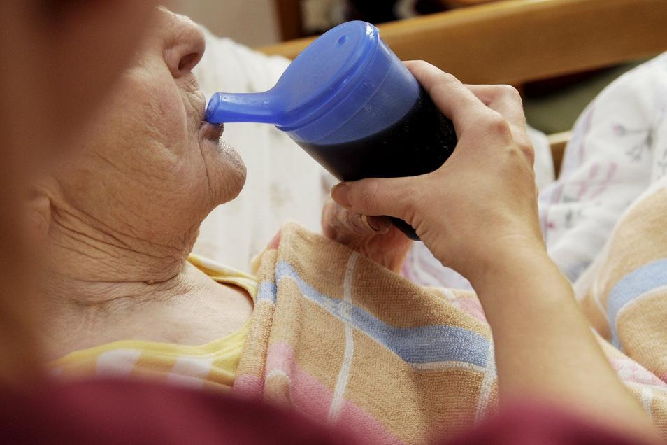 Die Pflege in den Altenheimen im Landkreis Görlitz übersteigt die Finanzen vieler Heimbewohner.