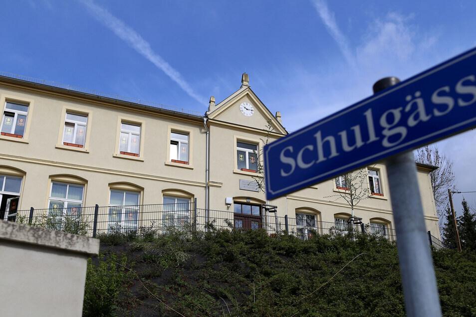 Die Grundschule im Radeberger Ortsteil Liegau-Augustusbad ist zu klein und müsste saniert werden. Die Schüler sollen deshalb in einen Schulcampus auf dem Gelände des Epilepsiezentrums umziehen.